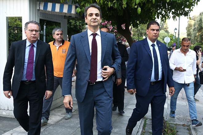 Ο πρόεδρος της ΝΔ Κυριάκος Μητσοτάκης (K) συνοδευόμενος από τον εκπρόσωπο Τύπου του κόμματος Γιώργο Κουμουτσάκο (Α) αποχωρεί μετά τη συνάντησή του με τον πρωθυπουργό Αλέξη Τσίπρα, από το Μέγαρο Μαξίμου, Αθήνα, την Πέμπτη 23 Ιουνίου 2016. ΑΠΕ-ΜΠΕ/ΑΠΕ-ΜΠΕ/ΣΥΜΕΛΑ ΠΑΝΤΖΑΡΤΖΗ