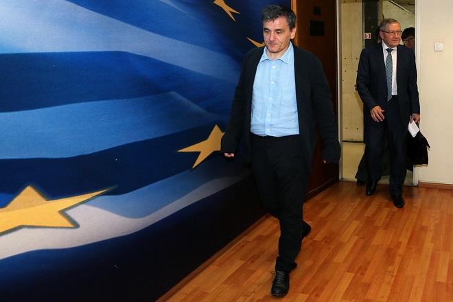 Ο υπουργός Οικονομικών Ευκλείδης Τσακαλώτος (Α) και ο  επικεφαλής του Ευρωπαϊκού Μηχανισμού Σταθερότητας ( ESM ) Κλάους Ρέγκλινγκ (Δ) προσέρχονται στο βήμα για να  κάνουν  δηλώσεις στα ΜΜΕ μετά τη συνάντηση που είχαν  στο υπουργείο Οικονομικών, στην Αθήνα, Τρίτη 21 Ιουνίου 2016. Με τον επικεφαλής του Ευρωπαϊκού Μηχανισμού Σταθερότητας συναντήθηκε ο υπουργός Οικονομικών Ευκλείδης Τσακαλώτος στο υπουργείο του. ΑΠΕ-ΜΠΕ/ΑΠΕ-ΜΠΕ/ΠΑΝΤΕΛΗΣ ΣΑΪΤΑΣ