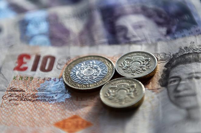 Καταρρέει η στερλίνα μετά την απόφαση της Τράπεζας της Αγγλίας