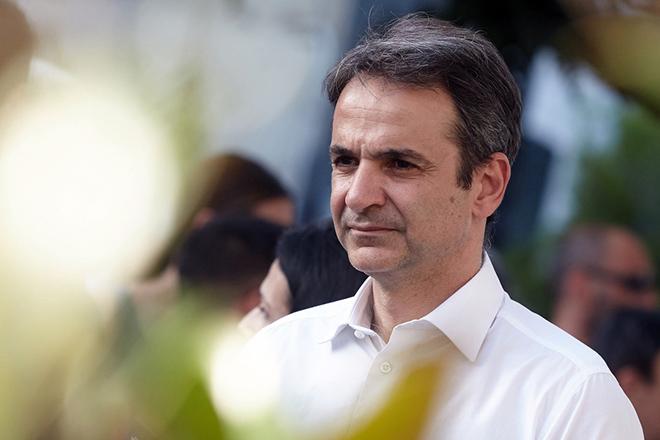 (Ξένη Δημοσίευση) Ο πρόεδρος της Νέας Δημοκρατίας Κυριάκος Μητσοτάκης ακούει πολίτες που του μιλάνε σε κεντρικό εμπορικό δρόμο της πόλης κατά τη διάρκεια της επίσκεψής του στο Δήμο Αχαρνών, την Πέμπτη 16 Ιουνίου 2016, Ο πρόεδρος της Νέας Δημοκρατίας περιόδευσε σήμερα, στον Δήμο Αχαρνών, προκειμένου να ακούσει από κοντά τους πολίτες, αλλά και τοπικούς φορείς. ΑΠΕ-ΜΠΕ/ΓΡΑΦΕΙΟ ΤΥΠΟΥ ΝΔ/STR