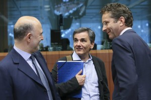 epa05420670 (L-R) European Commissioner in charge of Economic and Financial Affairs, Pierre Moscovici, Greek Finance Minister Eucleidis Tsakalotos, and Dutch President of Eurogroup Jeroen Dijsselbloem during the Eurogroup Finance Ministers meeting in Brussels, Belgium, 11 July 2016.  EPA/OLIVIER HOSLET