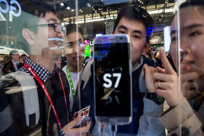 BARCELONA, SPAIN - FEBRUARY 22:  Visitors look at the new Samsung Galaxy S7 on the opening day of the World Mobile Congress at the Fira Gran Via Complex on February 22, 2016 in Barcelona, Spain. The annual Mobile World Congress hosts some of the world's largest communications companies, with many unveiling their latest phones and wearables gadgets.  (Photo by David Ramos/Getty Images)