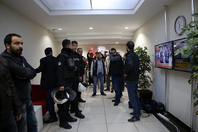 Πογκρόμ λογοκρισίας στην Τουρκία: Κλείνουν τα ΜΜΕ που συνδέονται με τον Γκιουλέν