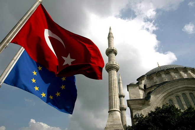 epa00883051 (FILE) A file picture dated 04 October 2005 shows the Turkish national flag flying close to the European Union flag in Istanbul, Turkey. European Union foreign ministers Monday agreed on a partial freeze of Turkey's membership negotiations following Ankara's failure to allow access to Greek Cypriot traffic, Irish Foreign Minister Dermot Ahern and Austria's Ursula Plassnik told reporters. Plassnik said the agreement meant that the issue would not be put on the agenda of an EU summit to be held in Brussels on December 14.  EPA/TOLGA BOZOGLU