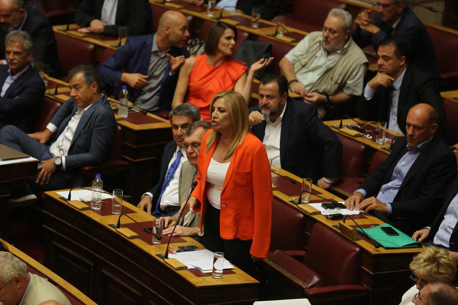 Ομαδικά πυρά της αντιπολίτευσης στην κυβέρνηση μετά την αποχώρηση Καλογρίτσα