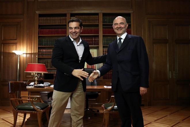 Ο πρωθυπουργός Αλέξης Τσίπρας (Α) υποδέχεται τον τον Ευρωπαίο επίτροπο, αρμόδιο για Οικονομικές και Νομισματικές Υποθέσεις, Pierre Moscovici (Δ) κατά τη συνάντησή τους στο Μέγαρο Μαξίμου, Αθήνα, τη Δευτέρα 18 Ιουλίου 2016. ΑΠΕ-ΜΠΕ/ΑΠΕ-ΜΠΕ/ΣΥΜΕΛΑ ΠΑΝΤΖΑΡΤΖΗ