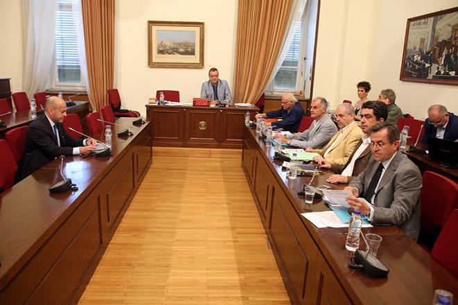 Ο πρόεδρος του ομίλου επιχειρήσεων ΣΚΑΪ Γιάννης Αλαφούζος (Α) εξετάζεται ως μάρτυρας στη συνεδρίαση της Εξεταστικής Επιτροπής για τη διερεύνηση της νομιμότητας της δανειοδότησης των πολιτικών κομμάτων, καθώς και των ιδιοκτητριών εταιρειών μέσων μαζικής ενημέρωσης από τα τραπεζικά ιδρύματα της χώρας. Τετάρτη 27 Ιουλίου 2016. Με ιδιοκτήτες ή εκπροσώπους τηλεοπτικών μέσων ενημέρωσης συνεχίζει τις εργασίες της η Εξεταστική Επιτροπή που διερευνά τη νομιμότητα χορήγησης δανείων από τράπεζες σε κόμματα και ΜΜΕ. ΑΠΕ-ΜΠΕ/ΑΠΕ-ΜΠΕ/Αλέξανδρος Μπελτές