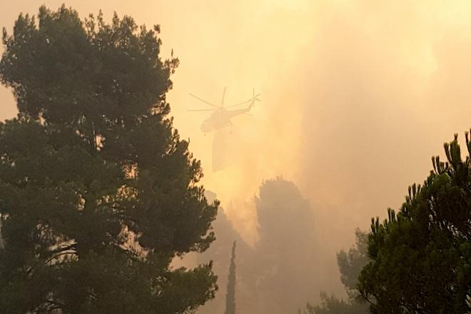 Πυροσβεστικό ελικόπτερο επιχειρεί στην κατάσβεση της Πυρκαγιάς, την Κυριακή 31 Ιουλίου 2016, στην Εύβοια. Ανυπολόγιστη είναι η καταστροφή που άφησε στο πέρασμα της η  πύρινη λαίλαπα στη βόρεια Εύβοια, καθώς  εκτιμάται ότι έχουν καεί περίπου 20.000 στρέμματα δάσους. Υπό έλεγχο συνολικά σε όλο το πύρινο μέτωπο της βόρειας Εύβοιας τέθηκε η φωτιά μετά και το τελευταίο μέτωπο στην Κατούνια, το οποίο ελέγχθηκε από τις δυνάμεις πυρόσβεσης που συνεχίζουν το έργο τους  έως και αυτή την ώρα από την πρώτη στιγμή εκδήλωσης της φωτιάς.Ωστόσο οι πυροσβεστικές δυνάμεις παραμένουν σε επιφυλακή, καθώς αναμένεται ισχυροποίηση των ανέμων, κατά τις μεσημβρινές ώρες και υπάρχει φόβος αναζωπύρωσης της φωτιάς. Το πρώτο φως της ημέρας έδειξε  μια τεράστια οικολογική καταστροφή στην περιοχή της Λίμνης. Η φωτιά ξεκίνησε από την περιοχή Φαράκλα στις 12.00 το μεσημέρι του Σαββάτου και έφτασε σε λίγες ώρες πάνω από την παραθαλάσσια περιοχή Κατούνια της Λίμνης.  ΑΠΕ-ΜΠΕ/ΑΠΕ-ΜΠΕ/STR