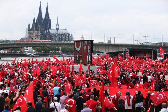 Χιλιάδες οι διαδηλωτές υπέρ του Ερντογάν στη Γερμανία – Φώναζαν «Ο Θεός είναι μεγάλος»