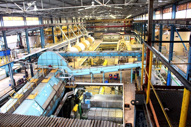 """Φωτογραφία που δόθηκε σήμερα στη δημοσιότητα και εικονίζει  μηχανήματα επεξεργασίας τεύτλων στο εργοστάσιο της Ελληνικής Βιομηχανίας Ζάχαρης. Με 60.000 τόνους τεύτλων από Έβρο και Ροδόπη άρχισε η επαναλειτουργία του εργοστασίου ζάχαρης στην Ορεστιάδα, ύστερα από έναν χρόνο αναστολής της λειτουργίας του. Ήδη έχουν προσληφθεί 94 άτομα, με συμβάσεις διάρκειας 3,5 μηνών, ενώ εντός των επόμενων ημερών θα προχωρήσει και η πρόσληψη άλλων 140 εργαζομένων, προκειμένου να επανδρωθούν τα διάφορα τμήματα (βοηθητικά και κύρια) για τις περίπου 15 μέρες επεξεργασίας της προαναφερθείσας ποσότητας τεύτλων. «Οι 60.000 τόνοι τεύτλων αντιστοιχούν σε 12.000 στρέμματα καλλιέργειας, έκταση κατά πολύ μικρότερη της καλλιεργητικής πρόθεσης των αγροτών, η οποία στη διάρκεια της σποράς """"άγγιζε"""" τα 25-30.000 στρέμματα, που όμως δεν μπόρεσαν να καλλιεργηθούν εξαιτίας των καιρικών συνθηκών» . Ο διευθυντής του εργοστασίου Παράσχος Παρασχούδης   χαρακτηρίζει πολύ σημαντική την επαναλειτουργία του καθώς παραδοσιακοί καλλιεργητές τεύτλων που τα τελευταία χρόνια είχαν αποσυρθεί, λόγω της αβεβαιότητας που υπήρχε ως προς"""