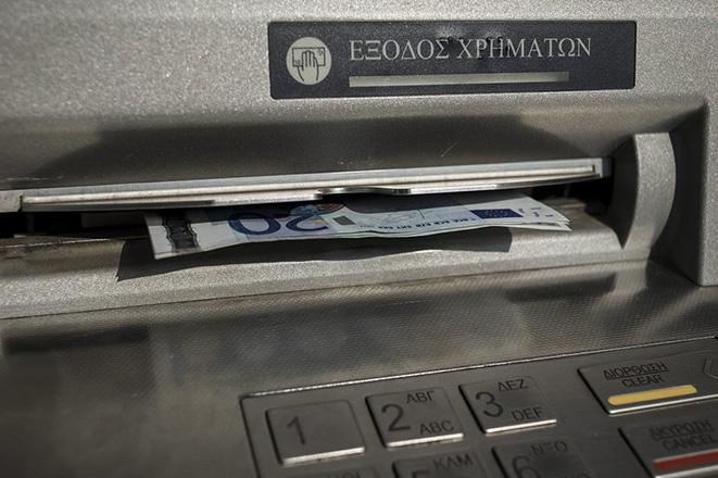 Οι τράπεζες παίρνουν πίσω μέρος των αυξήσεων στις προμήθειές τους