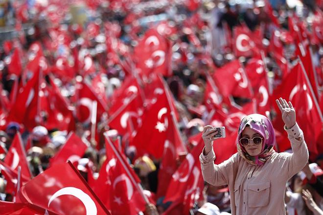 Φιέστα του Ερντογάν στην Κωνσταντινούπολη με εκατοντάδες χιλιάδες διαδηλωτές