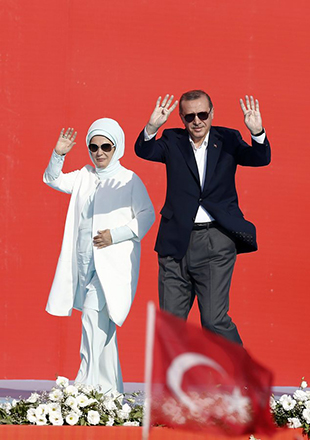 epa05461494 Turkish President Recep Tayyip Erdogan and his wife Emine Erdogan (L) wave during a rally to protest the failed coup attempt  of 15th July 2016 and mourn the 240 people killed including civilians, policemen, and soldiers, in Istanbul, Turkey 07 August 2016. Thousands of people attend a democracy rally in Istanbul to protest the 15th July coup attempt.  The president, Prime Minister, main opposition head and the leader of the country's foremost nationalist party joined the rally.  EPA/SEDAT SUNA