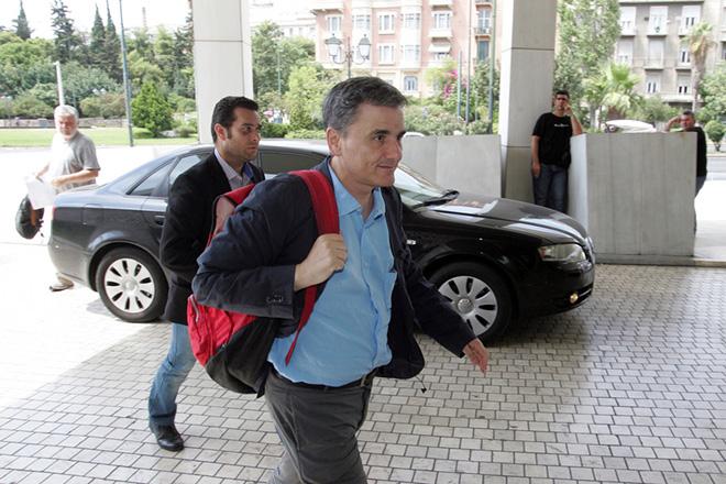 Ο υπουργός Οικονομικών Ευκλείδης Τσακαλώτος  κατά την άφιξή του στη συνάντηση με τους εκπροσώπους των θεσμών στο πλαίσιο των διαπραγματεύσεων που βρίσκονται σε εξέλιξη, Κυριακη 9 Αυγούστου 2015. Η συνάντηση πραγματοποιείται στο χώρο διαμονής των θεσμών. ΑΠΕ - ΜΠΕ/ΑΠΕ - ΜΠΕ/Αλέξανδρος Μπελτές