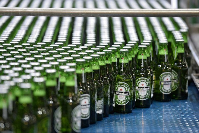 epa05151098 An archive picture made available on 09 February 2016 of Heineken beer bottles on the conveyor belt during the production in Den Bosch, The Netherlands, 03 September 2013. Dutch beer maker Heineken will present the year figures on 10 February 2016.  EPA/MARCO DE SWART