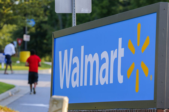 Walmart: Όχι πια σε κυκλοφορία μπλουζάκια με σύνθημα κατά του Τραμπ