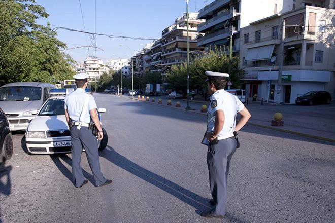 (Ξένη δημοσίευση). Αστυνομικοί πραγματοποιούν ελέγχο σε σχολικά λεωφορεία, στην Αθήνα, τη Δευτέρα 22 Σεπτεμβρίου 2014.Εντατικούς ελέγχους σε σχολικά λεωφορεία πραγματοποιούν, με την έναρξη της νέας σχολικής χρονιάς, οι Υπηρεσίες Τροχαίας, σε όλη την επικράτεια. ΑΠΕ-ΜΠΕ/ΥΠ. ΠΡΟΣΤΑΣΙΑΣ ΤΟΥ ΠΟΛΙΤΗ/STR