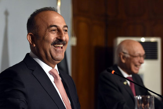 epa05451699 Mevlut Cavusoglu (L), Turkish Foreign Minister and Sartaj Aziz (R) the Advisor to Pakistani Prime Minister on Foreign Affairs, laugh during a joint press conference in Islamabad, Pakistan, 02 August 2016. Turkish Foreign Minister Mevlut Cavusoglu arrived in Islamabad on 02 August to discuss issues of mutual interest and regional security.  EPA/T. MUGHAL