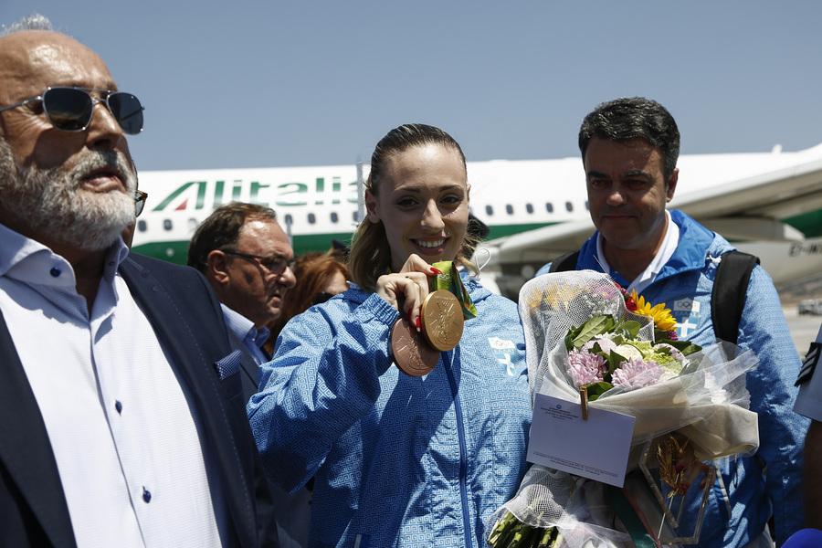 Ο υπουργός Εσωτερικών και Διοικητικής Ανασυγκρότησης Πάνος Κουρουμπλής (Α) υποδέχεται την Ολυμπιονίκη Άννα Κορακάκη (Δ) κατά την άφιξή της στο αεροδρόμιο Ελευθέριος Βενιζέλος, Σπάτα Πέμπτη 11 Αυγούστου 2016. Η Άννα Κορακάκη κατέκτησε το χρυσό μετάλλιο στο πιστόλι 25μέτρων και το χάλκινο στο αεροβόλο πιστόλι των 10μέτρων  στου Ολυμπιακούς Αγώνες του Ρίο 2016. ΑΠΕ-ΜΠΕ/ΑΠΕ-ΜΠΕ/ΓΙΑΝΝΗΣ ΚΟΛΕΣΙΔΗΣ