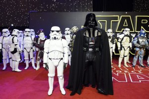 epa05071443 Star Wars characters Stormtroopers and Darth Vader (C) arrive to the European premiere of the film 'Star Wars: The Force Awakens' in Leicester square in London, Britain, 16 December 2015. The film is the seventh in the Star Wars series.  EPA/FACUNDO ARRIZABALAGA