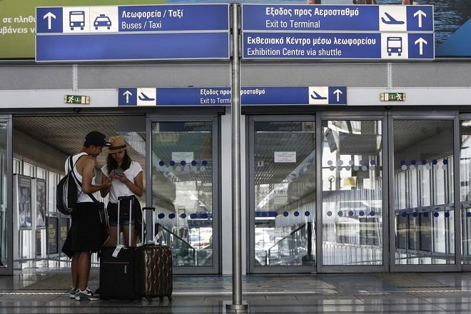 Τουρίστες στέκονται μέσα στον κλειστό προαστιακό σταθμό στο αεροδρόμιο Ελευθέριος Βενιζέλος κατά τη διάρκεια 24ωρης απεργίας των εργαζομένων στο μετρό και στον προαστιακό σιδηρόδρομο, Αθήνα Τετάρτη 6 Ιουλίου 2016  ΑΠΕ-ΜΠΕ/ΑΠΕ-ΜΠΕ/ΓΙΑΝΝΗΣ ΚΟΛΕΣΙΔΗΣ