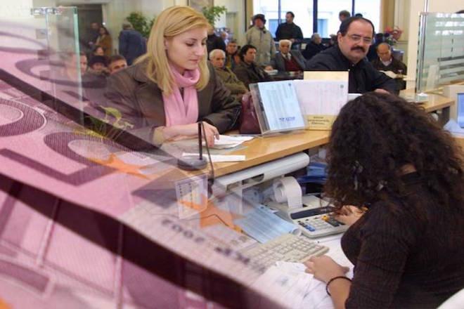 «Απομακρύνονται» ξανά οι Έλληνες απ' τις τράπεζες