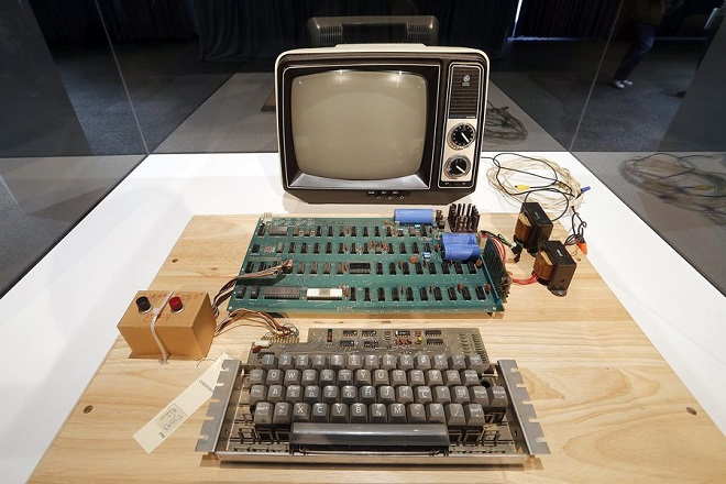 epa03758607 An original Apple computer, now known as the Apple-1, which was designed and hand-built in 1976 by Apple co-founder Steve Wozniak is shown at a press preview at the Computer History Museum in Mountain View, California, USA, 24 June 2013. Christie's is auctioning the Apple-1 at its First Bytes: Iconic Technology From the Twentieth Century, an online-only auction featuring vintage tech products.  EPA/TONY AVELAR