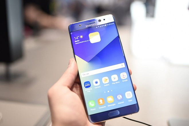 epa05519885 A Samsung Galaxy Note 7 being held at the IFA trade fair in Berlin, Germany, 02 September 2016. Samsung on 02 September announced a global recall of the phablet after several devices caught fire while being charged.  EPA/JANNIS MATTAR