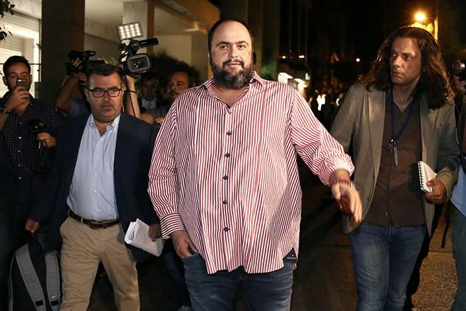 Ο επιχειρηματίας και πρόεδρος του Ολυμπιακού Βαγγέλης Μαρινάκης (Κ) εξέρχεται από το κτίριο της ΓΓΕΕ μετά την ολοκλήρωση της δημοπρασίας για τις τέσσερεις τηλεοπτικές άδειες, Παρασκευή 2 Σεπτεμβρίου 2016. Μετά από 60 ώρες που διήρκησε η διαδικασία δημοπράτησης των τεσσάρων τηλεοπτικών αδειών στα γραφεία της Γενικής Γραμματείας Ενημέρωσης και Επικοινωνίας ανακοινώθηκαν οι νέοι ιδιοκτήτες. Τις τέσσερις άδειες έλαβαν οι ΑΝΤ1, ο ΣΚΑΙ, η εταιρεία του κ. Καλογρίτσα και η εταιρεία του κ. Μαρινάκη.   ΑΠΕ-ΜΠΕ/ΑΠΕ-ΜΠΕ/ΣΥΜΕΛΑ ΠΑΝΤΖΑΡΤΖΗ