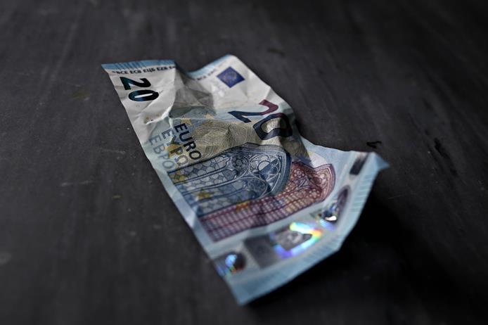Νέο αρνητικό ρεκόρ: Οι μισοί σχεδόν Έλληνες χρωστούν