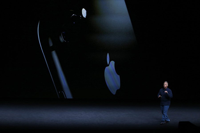 epa05529125 Apple Senior Vice President Phil Schiller speaks about the new iPhone 7 during the Apple launch event at the Bill Graham Civic Auditorium in San Francisco, California, USA, 07 September 2016. Media reports indicate an expected launch of several new products including a new iPhone, new Apple Watch, and new operating systems.  EPA/MONICA DAVEY