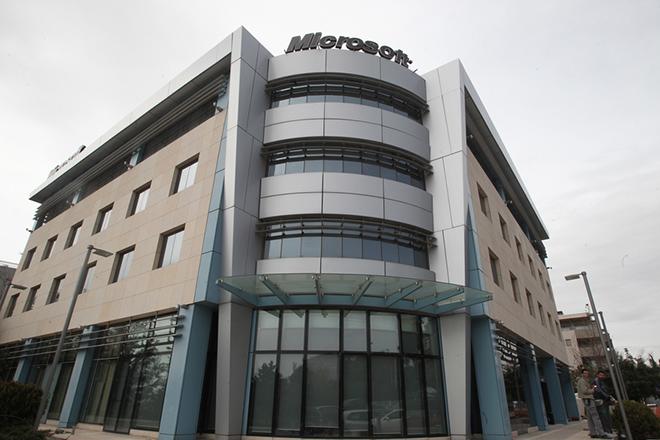Άποψη των κεντρικών γραφείων της Microsoft στο Μαρούσι, Αθήνα, Πέμπτη 14 Μαρτίου 2013. Η αστυνομία εκκένωσε το πρωί το κτίριο μετά από τηλεφώνημα για τοποθέτηση βόμβας που αποδείχθηκε μετά από έρευνες των πυροτεχνουργών ότι ήταν φάρσα. ΑΠΕ-ΜΠΕ/ΑΠΕ-ΜΠΕ/ΣΥΜΕΛΑ ΠΑΝΤΖΑΡΤΖΗ