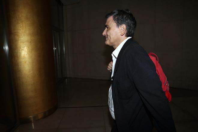 O υπουργός Οικονομικών Ευκλείδης Τσακαλώτος προσέρχεται για τη συνάντηση με εκπροσώπους των θεσμών, σε κεντρικό ξενοδοχείο της Αθήνας, Τρίτη 13 Σεπτεμβρίου 2016. Μια πρώτη επισκόπηση του προγράμματος είναι το θέμα συνάντησης εκπροσώπων της κυβέρνησης με τους εκπροσώπους των θεσμών. Από την κυβέρνηση, στη συνάντηση συμμετέχουν οι υπουργοί Οικονομικών, Ευκλείδης Τσακαλώτος και Οικονομίας, Γιώργος Σταθάκης, ενώ θα ακολουθήσει και συνάντηση των εκπροσώπων των πιστωτών με τον υπουργό Ενέργειας, Πάνο Σκουρλέτη. ΑΠΕ-ΜΠΕ/ΑΠΕ-ΜΠΕ/ΣΥΜΕΛΑ ΠΑΝΤΖΑΡΤΖΗ