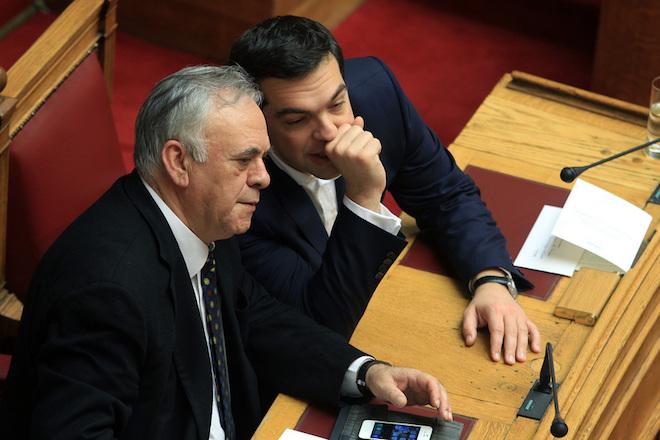 Ο πρωθυπουργός Αλέξης Τσίπρας (Δ) και ο αντιπρόεδρος της Κυβέρνησης Γιάννης Δραγασάκης (Α) κατά την τελετή ορκωμοσίας των νέων βουλευτών στην Βουλή, Πέμπτη 5 Φεβρουαρίου 2015. Πραγματοποιήθηκε στην ολομέλεια της Βουλής η ορκωμοσία των βουλευτών που εξελέγησαν στις εκλογές του Ιανουαρίου. ΑΠΕ-ΜΠΕ/ΑΠΕ-ΜΠΕ/ΣΥΜΕΛΑ ΠΑΝΤΖΑΡΤΖΗ