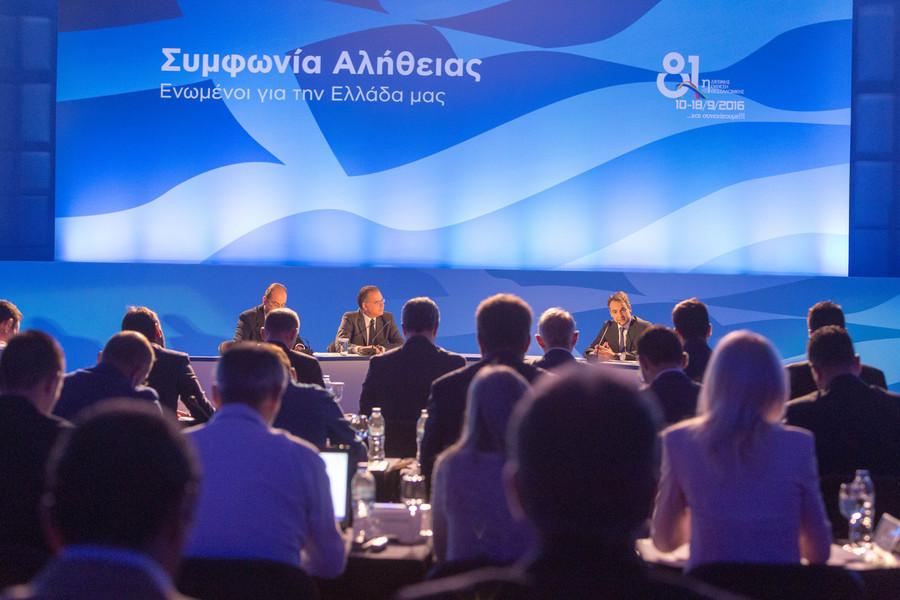 """Ο πρόεδρος της Νέας Δημοκρατίας Κυριάκος Μητσοτάκης (Δ) ο διευθυντής του γραφείου Τύπου της ΝΔ Μακάριος Λαζαρίδης (Α) και ο εκπρόσωπος τύπου   Γιώργος Κουμουτσάκος (Κ) κατά τη διάρκεια της συνέντευξης τύπου, στο πλαίσιο της 81ης ΔΕΘ, την Κυριακή 18 Σεπτεμβρίου 2016. Χθες  βράδυ ο Κ. Μητσοτάκης μίλησε στους εκπροσώπους των παραγωγικών τάξεων στο συνεδριακό κέντρο """"Ι. Βελλίδης"""". ΑΠΕ-ΜΠΕ/PIXEL/ΣΩΤΗΡΗΣ ΜΠΑΡΜΠΑΡΟΥΣΗΣ"""