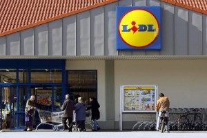 epa03742612 (FILE)  A file picture dated 22 February 2007 shows people entering a Lidl  supermarket in Ludwigsburg, Germany, 22 February 2007. The famoius German  discount supermarket is considering expanding it chain to the USA. According to a company spokesman the move has been deemed as feasible and viable  EPA/MARIJAN MURAT