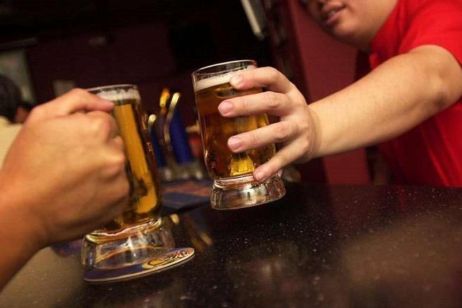 «Πρώτοι» σε αλκοόλ και τζόγο οι νεαροί Έλληνες