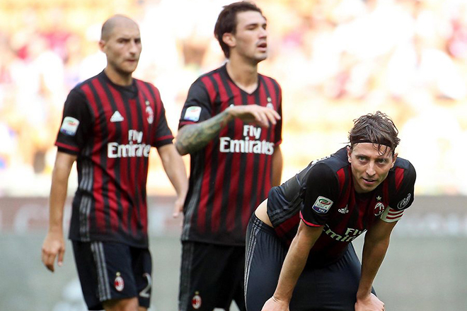 epa05535123 Milan's midfielder Riccardo Montolivo (R) and his teammates react during the Italian Serie A soccer match between AC Milan and Udinese Calcio at Giuseppe Meazza stadium in Milan, Italy, 11 September 2016. Udine won 1-0.  EPA/MATTEO BAZZI