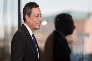 epa05560195 Mario Draghi (L), President of the European Central Bank (ECB), arrives for a meeting of the of the Bundestag's Committee on the Affairs of the European Union at the Bundestag parliament in Berlin, Germany, 28September 2016. Draghi is in Berlin for a meeting with members of the Europe, budget, and finance committees of the German Bundestag.  EPA/BERND VON JUTRCZENKA
