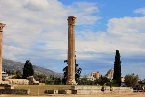 Τουρίστες  περπατούν στον αρχαιολογικό χώρο του Ολυμπιείου, στο κέντρο της Αθήνας, Κυριακή 1 Ιουνίου 2014. ΑΠΕ - ΜΠΕ/ΑΠΕ - ΜΠΕ/Αλέξανδρος Μπελτές