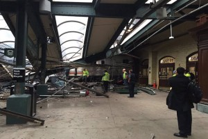 epa05562024 A picture provided by Twitter user @coreyfutterman shows workers on the platform after a NJ Transit train crashed in to the platform at the Hoboken Terminal New Jersey, USA, 29 September 2016. Reports stated that at least 3 people were killed and over 100 injured in the accident.  EPA/@coreyfutterman  HANDOUT EDITORIAL USE ONLY/NO SALES