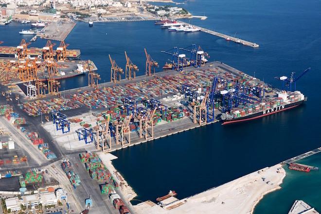 Ένας «πλωτός γίγαντας» στο λιμάνι του Πειραιά