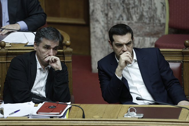 O πρωθυπουργός Αλέξης Τσίπρας(Δ) και ο υπουργός Οικονομικών Ευκλείδης Τσακαλώτος (Α) παρακολουθούν στην Ολομέλεια της Βουλής τη συζήτηση για τον Προϋπολογισμό του 2016, Σάββατο 5 Δεκεμβρίου 2015. Συνεχίζεται για τελευταία μέρα στην Ολομέλεια της Βουλής, η συζήτηση επί του κρατικού προϋπολογισμού 2016, η οποία θα ολοκληρωθεί τα μεσάνυχτα του Σαββάτου, έπειτα από φανερή ονομαστική ψηφοφορία.  ΑΠΕ ΜΠΕ/ΑΠΕ ΜΠΕ/ΓΙΑΝΝΗΣ ΚΟΛΕΣΙΔΗΣ
