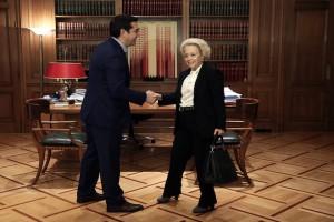 Ο πρωθυπουργός, Αλέξης Τσίπρας (Α) υποδέχεται την πρόεδρο του Αρείου Πάγου, Βασιλική Θάνου κατά τη συνάντησή του με τους προέδρους των Ανώτατων Δικαστηρίων στο Μέγαρο Μαξίμου, Αθήνα, την Πέμπτη 6 Οκτωβρίου 2016. ΑΠΕ-ΜΠΕ/ΑΠΕ-ΜΠΕ/SIMELA PANTZARTZI