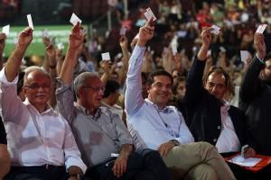 """Ο πρωθυπουργός Αλέξης Τσίπρας (2ος Δ) παρακολουθεί τις εργασίες του 2oυ Συνεδρίου του ΣΥΡΙΖΑ: """"Με την Αριστερά μπροστά για την Ελλάδα που μας αξίζει"""", στο Κλειστό Γυμναστήριο Παλαιού Φαλήρου -Τae Kwon Do, Σάββατο 15 Οκτωβρίου 2016. ΑΠΕ-ΜΠΕ/ΑΠΕ-ΜΠΕ/ΟΡΕΣΤΗΣ ΠΑΝΑΓΙΩΤΟΥ"""
