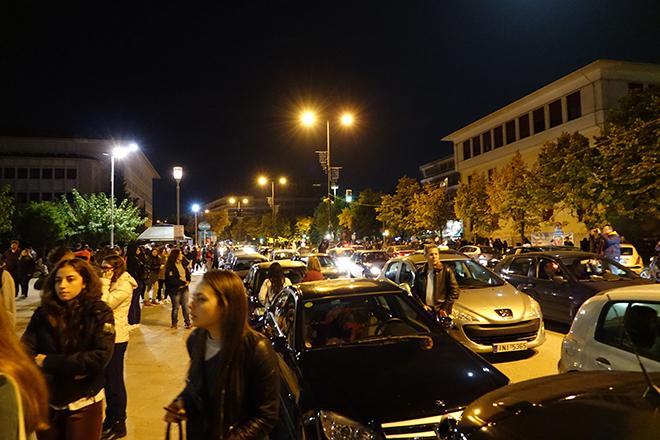Σε δρόμους και πλατείες όλο το βράδυ οι κάτοικοι των Ιωαννίνων μετά τον σεισμό
