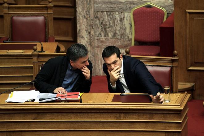 Ο πρωθυπουργός Αλέξης Τσίπρας (Δ) συνομιλεί με τον υπουργό Οικονομικών Ευκλείδη Τσακαλώτο (Α) στην συζήτηση επί του σχεδίου νόμου του Υπουργείου Οικονομικών «Κύρωση του Κρατικού Προϋπολογισμού οικονομικού έτους 2016», στην Βουλή, την Τρίτη 1 Δεκεμβρίου 2015. ΑΠΕ-ΜΠΕ/ΑΠΕ-ΜΠΕ/ΣΥΜΕΛΑ ΠΑΝΤΖΑΡΤΖΗ