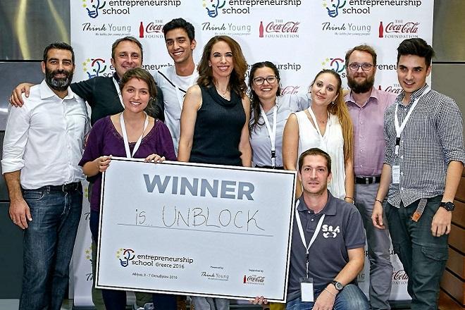H νικήτρια ομάδα ανάμεσα στα μέλη της κριτικής επιτροπής - Ο κος Paul Kidner, General Manager του The People's Trust , ο κος Luca Selva, συνιδρυτής της ThinkYoung, η κα Νεκταρία Μητράκου, Διευθύντρια Εταιρικής Επικοινωνίας της Coca-Cola Hellas και ο κος Αλέξης Κομσέλης, Διευθυντής του ALBA Hub for Entrepreneurship and Development (AHEAD) του ALBA Graduate Business School.