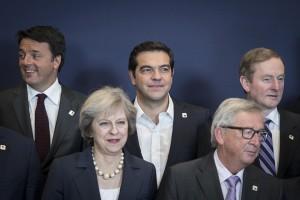 (Ξένη Δημοσίευση)  Ο πρωθυπουργός Αλέξης Τσίπρας (Κ),  ο Ιταλός Πρωθυπουργός Ματέο Ρέντσι (Α),  ο πρόεδρος της Ευρωπαϊκής Επιτροπής Ζαν-Κλοντ Γιούνκερ (2Δ)  και η πρωθυπουργός της Βρετανίας Τερέζα Μέι (2Α)  στην οικογενειακή φωτογραφία κατά τη διάρκεια της Συνόδου Κορυφής της Ευρωπαϊκής Ένωσης, την Πέμπτη 20 Οκτωβρίου 2016, στην έδρα του Ευρωπαϊκού Συμβουλίου, στις Βρυξέλλες . ΑΠΕ-ΜΠΕ/ΓΡΑΦΕΙΟ ΤΥΠΟΥ ΠΡΩΘΥΠΟΥΡΓΟΥ/Andrea Bonetti