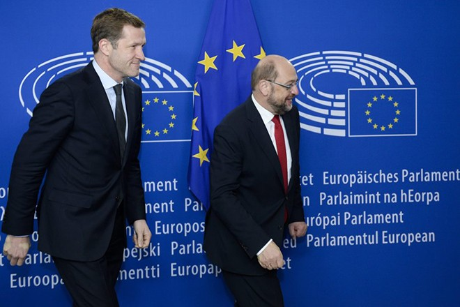 epa05597517 A handout photograph made available by the European Union 2016 showing President of the European Parliament, German, Martin Schulz (R) and Walloon Minister President Paul Magnette at the European Parliament in Brussels, Belgium, 22 October 2016. President of the European Parliament, German, Martin Schulz organized emergency talks in an effort to save an EU free trade deal with Canada the Comprehensive Economic and Trade Agreement (CETA), blocked by the Belgian Walloon region.  EPA/MELANIE WENGER / EUROPEAN UNION 2016 / HANDOUT  HANDOUT EDITORIAL USE ONLY/NO SALES